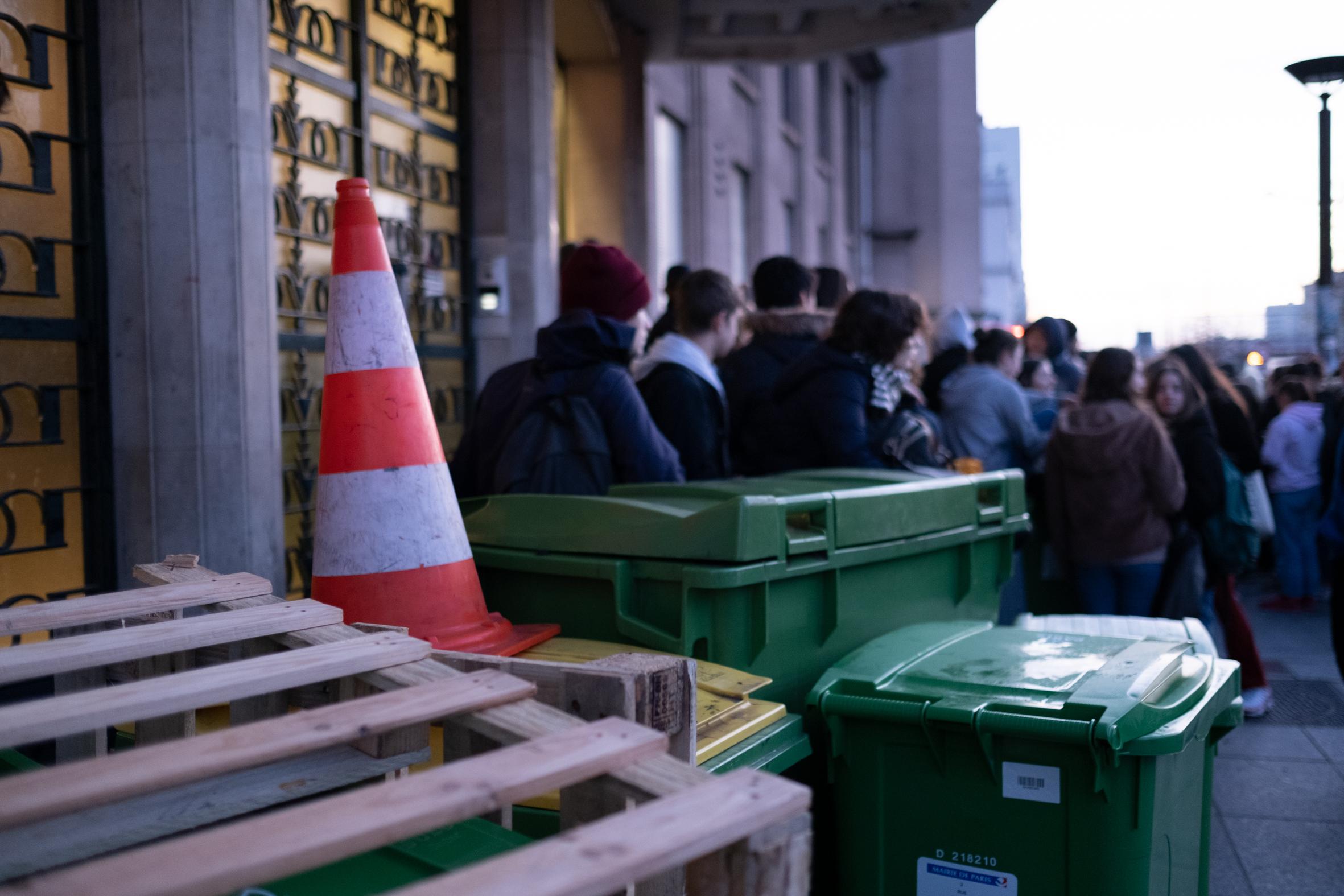 8h50: Les élèves affluent devant l'établissement bloqué, alors que les cours sont censés avoir débuté. Certains prennent par au mouvement en rapportant d'autres poubelles