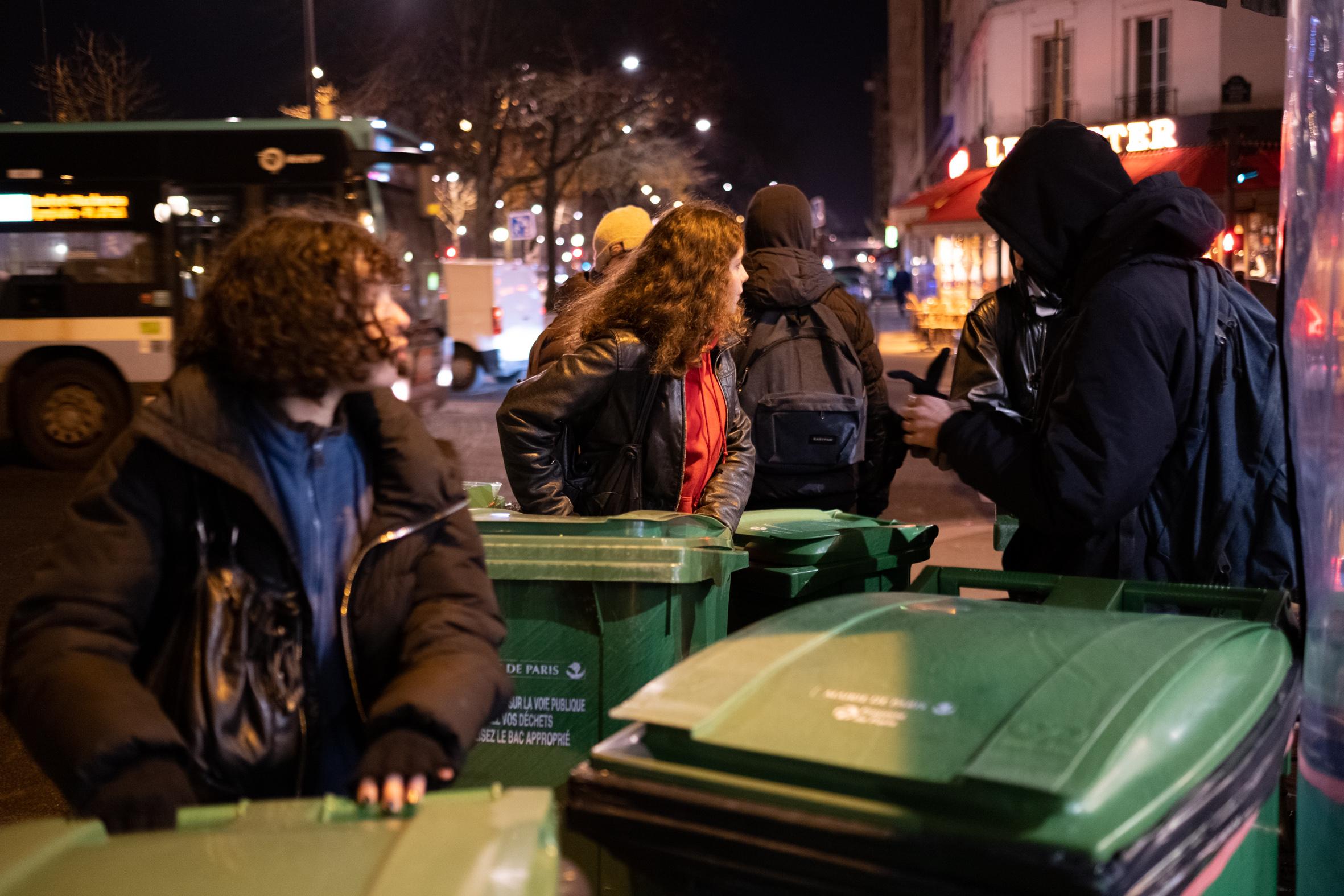 7h15: Sophie* et six autres lycéens arrivent, poubelles à la main, pour bloquer la cité scolaire Hélène-Boucher, au cours de Vincennes (Paris XXe).