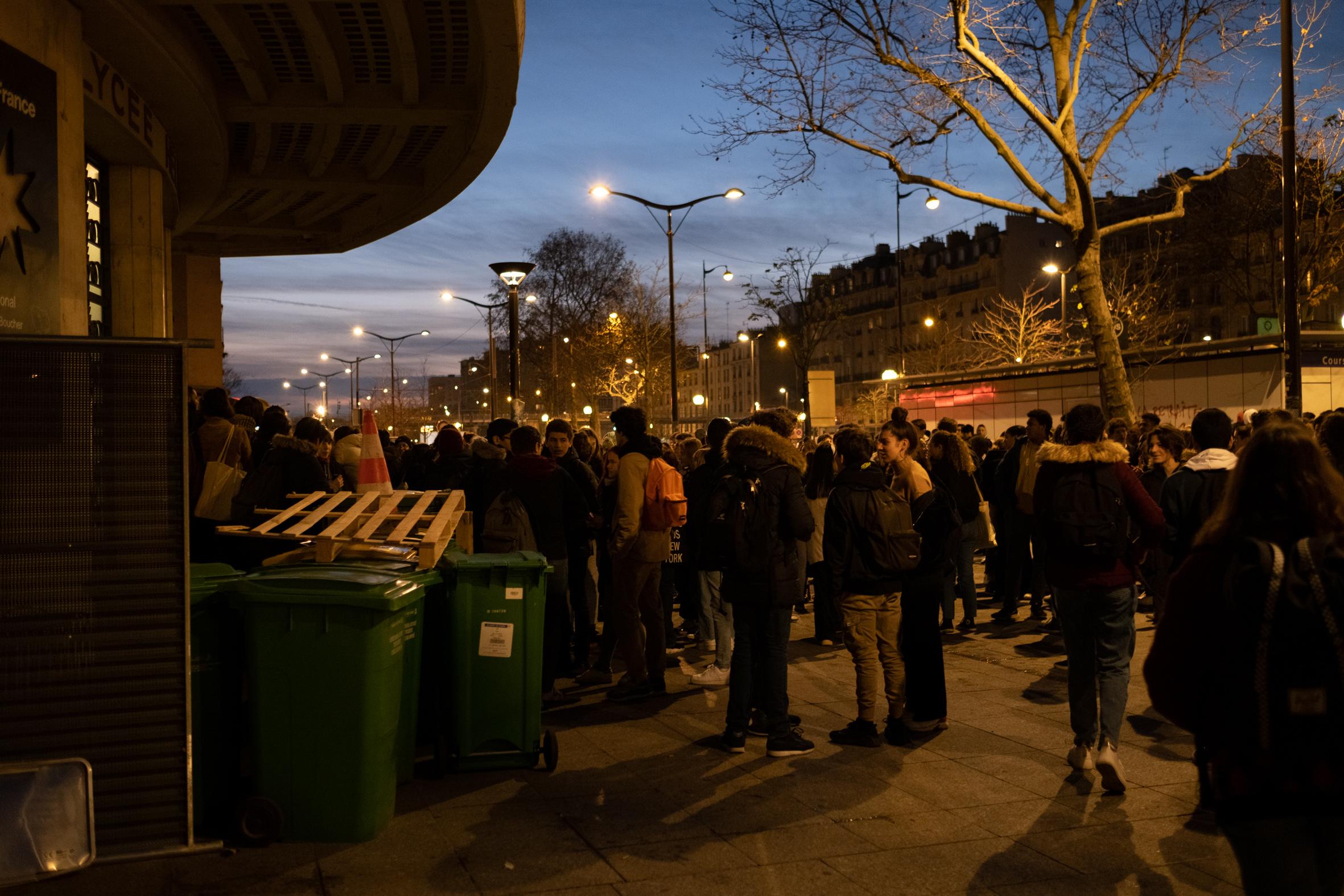 """8h: C'est désormais une centaine d'élèves qui sont massés devant le lycée. Ils chantent en cœur: """"Même si Macron ne veut pas, nous on est là !"""" ou encore """"Macron nous fait la guerre et sa police aussi""""."""