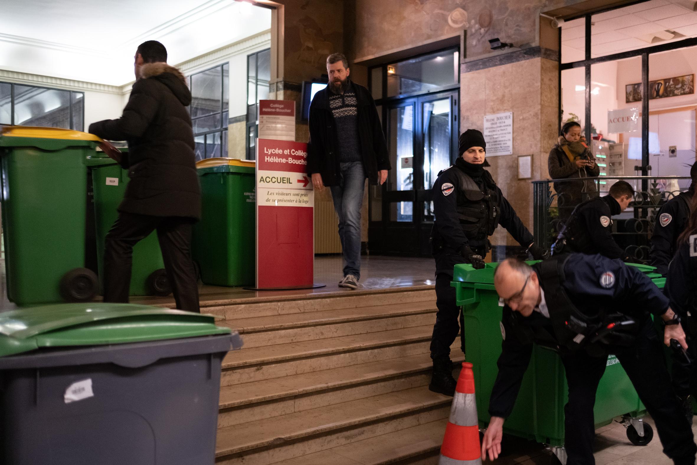 7h40: Les policiers et des membres de l'administration tentent de détruire la barricade en rentrant les poubelles à l'intérieur de l'établissement. Bousculés par les forces de l'ordre, les élèves s'interposent devant les portes, ce qui pousse l'administration à les fermer.