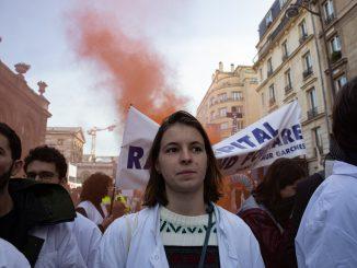 Valentine manifeste pour l'hôpital public, à Paris, le 17 décembre 2019. © Camille Nivollet