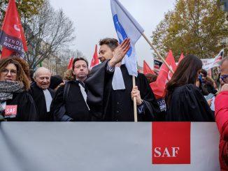 Le cortège des avocats défile lors de la manifestation contre la réforme des retraites, le 05 décembre 2019 à Paris. © Léonor Lumineau