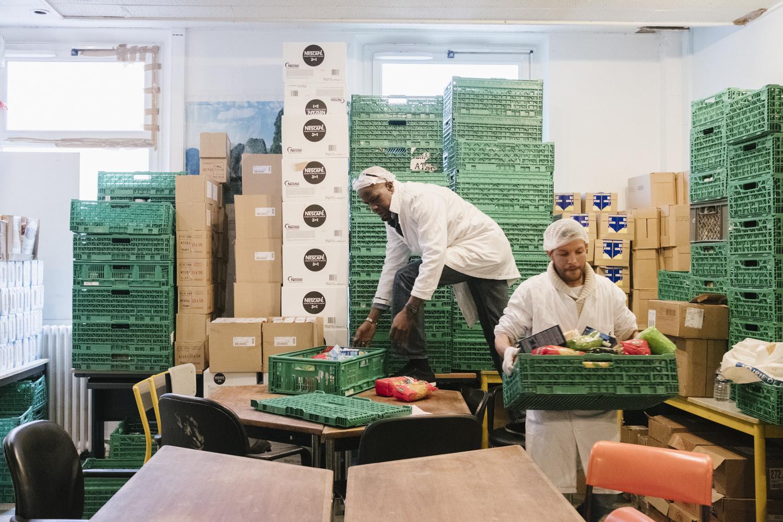 La Chorba. Oumar et Brahim récupèrent des denrées dans l'amoncellement de cagettes