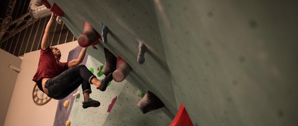 Arkose Nation, une salle d'escalade ; un grimpeur suspendu dans le vide