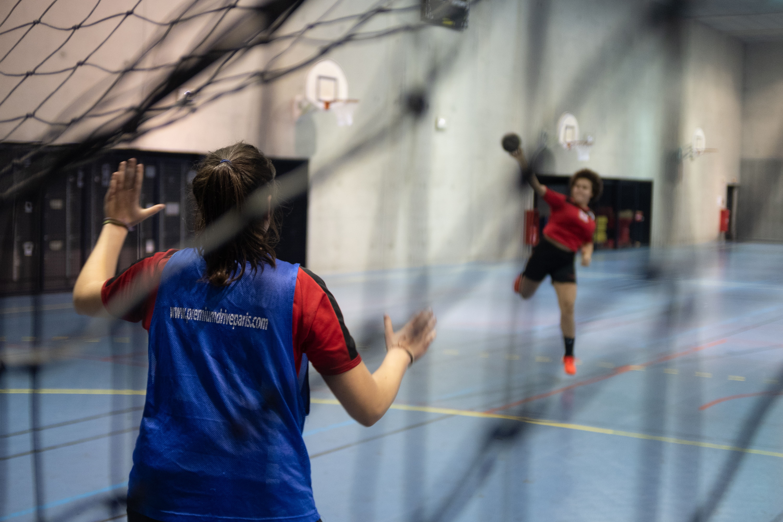 Deux jeunes filles s'entrainent au hand-ball