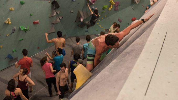 Dans la salle d'escalade Arkose, des grimpeurs montent sur le mur d'escalade