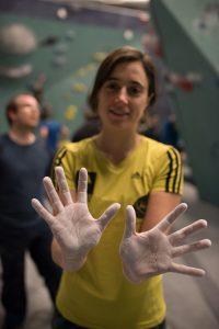 Les mains blanches de magnésie, Clotilde, grimpeuse de la salle Arkos