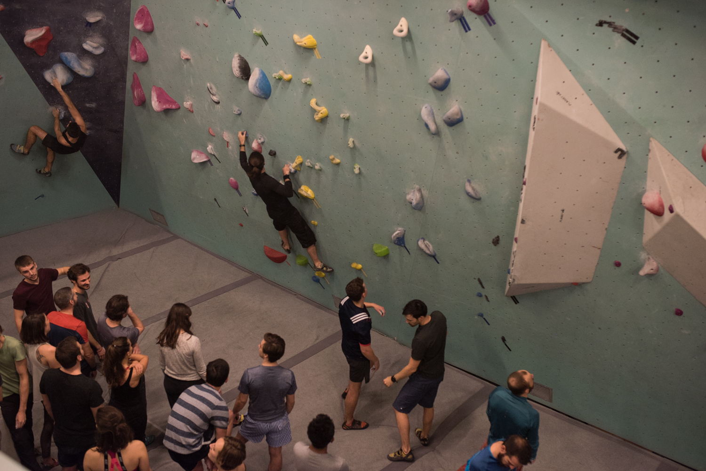 Arkose Nation : mur d'escalade et attente des grimpeurs