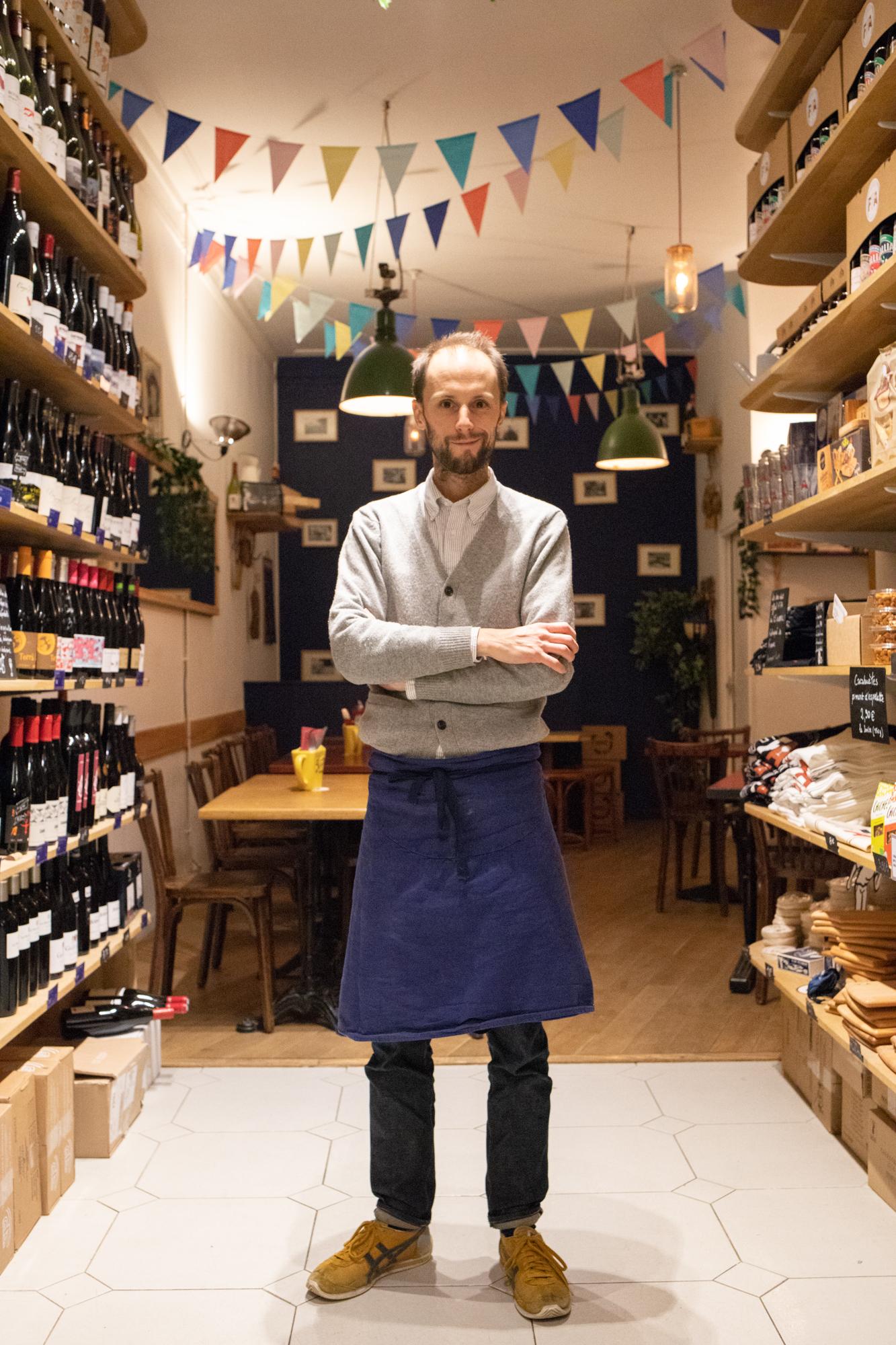 Quentin gérant d'un bar à vin