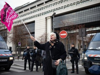 Une retraitée, du syndicat Solidaires, manifeste contre la diminution de son pouvoir d'achat, mardi 18 décembre 2018, devant le ministère de l'Economie et des Finances.